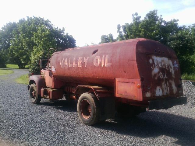 1961 Mack B-42 P singe axle oil truck