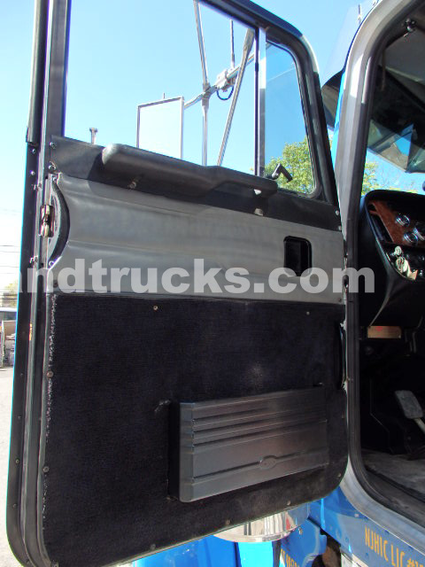 2001 Peterbilt 379 tandem axle tractor with wet lines Cat C-15 475hp 6NZ engine 3 stage jake 8LL super super clean true epitome   what a Pete is all about
