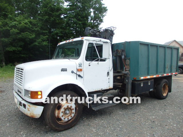 1995 International 4700 chip truck w hydraulic grapple knuckle boom