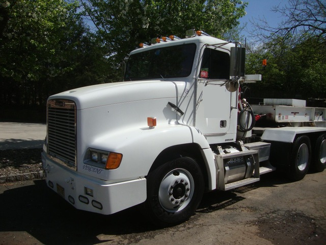 2000 Freightliner FLD112064ST Tandem Axle Tractor