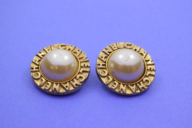 90abb2bc Details about Vintage Chanel CC Paris Gold w/ Pearl Clip On Earrings Pair 1  1/8